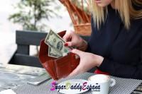 chica guardando dinero en su cartera