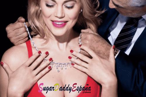hombre maduro poniendo collar de diamantes a sugar babie