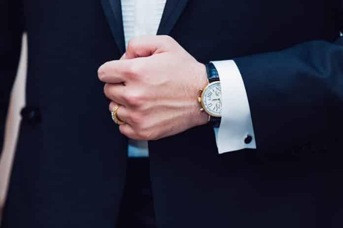 Hombre con reloj caro y anillo joyería