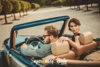 Hombre y mujer en un coche de lujo