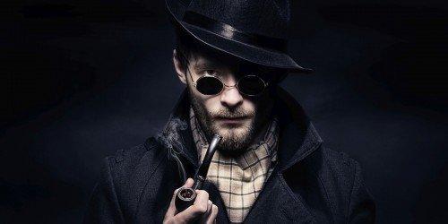 Hombre detective con pipa