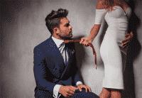 Mujer tirando de la corbata