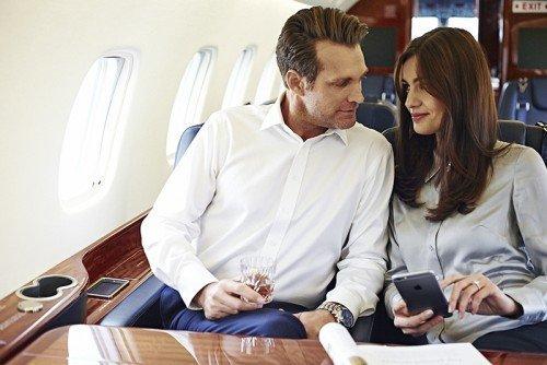 Hombre rico y mujer en avión