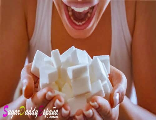 Chica tomando muchos azucarillos de azucar